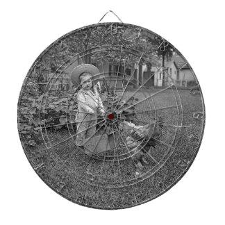 1880's entzückender Mädchen und Hahn-Wagen im Dartscheibe