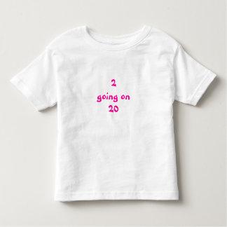 2 gehend auf 20 Mädchen Shirts