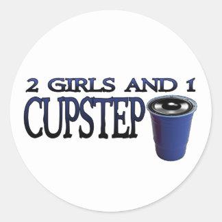 2 Mädchen und 1 Cupstep SCHMUTZIGES DUBSTEP Runder Sticker