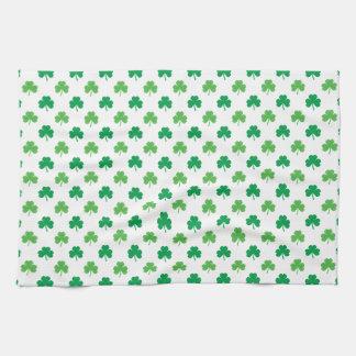 2-Shades der grünen Kleeblätter auf weißem St Handtuch