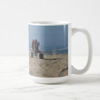 3 Geschäftemacher, die Wheelies am Strand reiten! Kaffeetasse