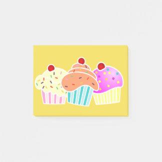 3 kleine Kuchen auf gelber Anmerkung Post-it Klebezettel