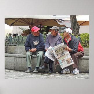 3 Männer, die in der Piazza in Cuenca Ecuador Poster
