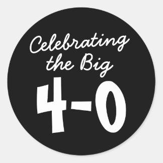 40. Geburtstag die großen 4-0 Aufkleber feiernd