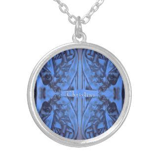 4 Zahlen abstrakt im Blau mit Namen Versilberte Kette