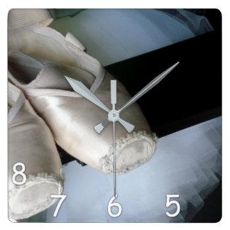 5, 6, 7, 8 - Pointe Schuhe u. Ballettröckchen-Uhr Quadratische Wanduhr