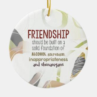 810.friendship-shenanigans rundes keramik ornament