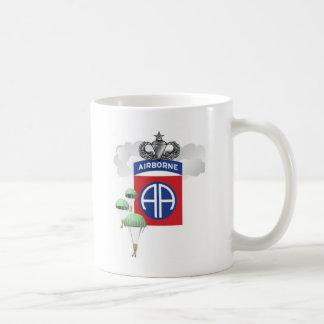 82. Im Flugzeug, Fallschirmjäger, ältere Kaffeetasse