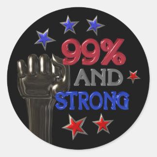 99% und starker Protest auf 30 Einzelteilen Runder Aufkleber