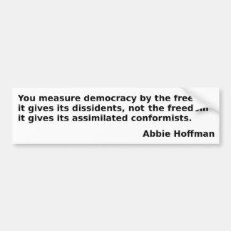 "Abbie Hoffman-Zitat: ""Sie Maßdemokratie… "" Autoaufkleber"