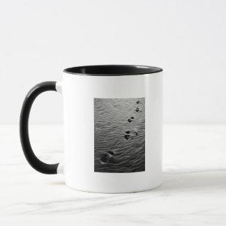 Abdrücke auf dem Sand Tasse