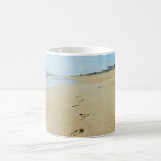 Abdrücke hinunter den Strand Kaffeetasse
