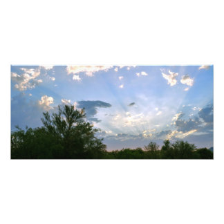 Abendsun-Streifen über einem blauer Fotodruck