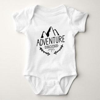 Abenteuer fängt an baby strampler