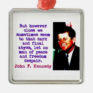 Aber jedoch nah - John Kennedy Quadratisches Silberfarbenes Ornament
