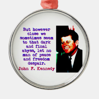 Aber jedoch nah - John Kennedy Rundes Silberfarbenes Ornament