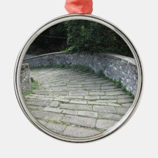 Abfallsteingehweg der mittelalterlichen Brücke Silbernes Ornament