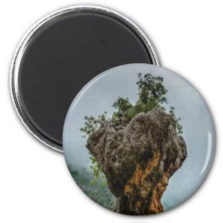 abgefressener ausgeglichener Felsen Runder Magnet 5,1 Cm