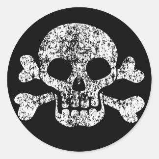 Abgenutzter Totenkopf mit gekreuzter Knochen Runder Aufkleber