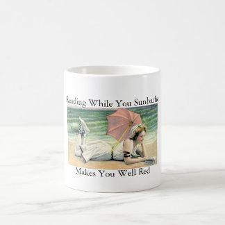 Ablesen, während Sie Spaß ein Sonnenbad nehmen Kaffeetasse