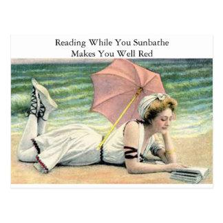 Ablesen, während Sie Spaß ein Sonnenbad nehmen Postkarte