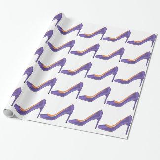 Absatz-Schuh im ultravioletten Geschenkpapier