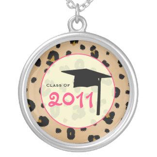 Abschluss-Klasse von Leopard-Druck 2011 u. Rosa Halskette Mit Rundem Anhänger