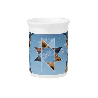 Abstrakte Landschaft mit geometrischen Formen Krug
