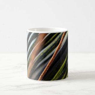 abstrakte schwarze rote und grüne städtische kaffeetasse