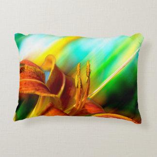 Abstrakte Tiger-Lilie in Orange, in Gelbem und Deko Kissen