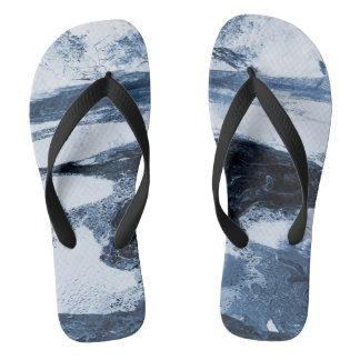 Abstrakter blauer weißer schwarzer Strudel drehen Flip Flops