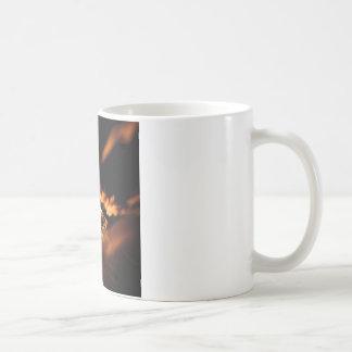 Abstrakter Kristall reflektieren bernsteinfarbigen Kaffeetasse