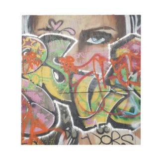 abstraktes Gesicht der Graffitikunstwandtextart Notizblock
