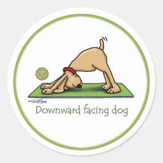 Abwärtsgerichteter Hund - Yogaaufkleber Runder Sticker
