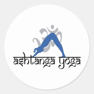 Abwärtsgerichtetes HundAshtanga Yoga Runder Aufkleber