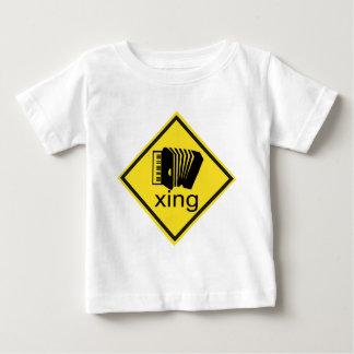 Accordian, das Xing Verkehrszeichen kreuzt Baby T-shirt