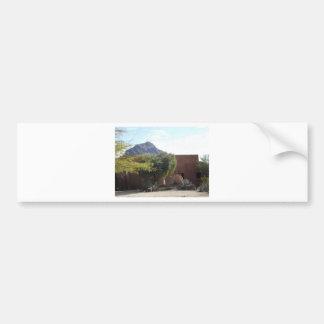 Adobe-Gebäude mit Bäumen Autoaufkleber