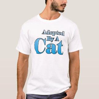 Adoptiert durch eine Katze T-Shirt