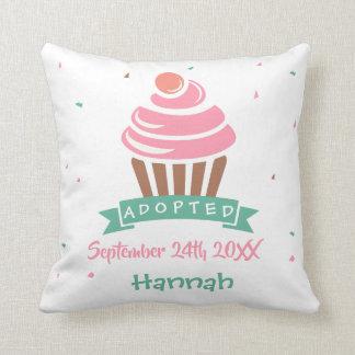 Adoptierter kleiner Kuchen - Name-Datum Kissen
