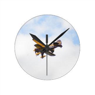 Aerobatic Doppeldecker im Flug Runde Wanduhr