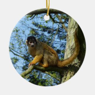 Affe auf dem Baum Rundes Keramik Ornament