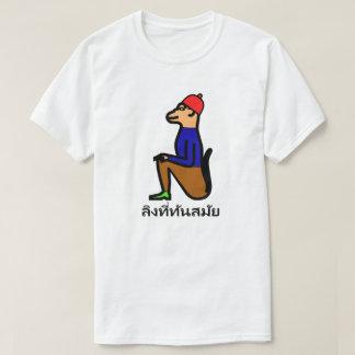 Affe mit Kleidung und thailändischem Wort T-Shirt