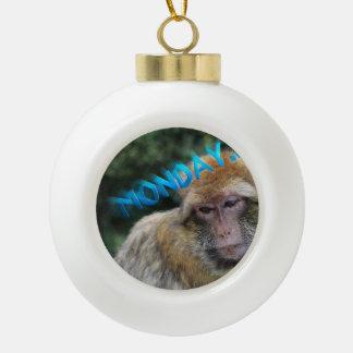 Affe traurig über Montag Keramik Kugel-Ornament