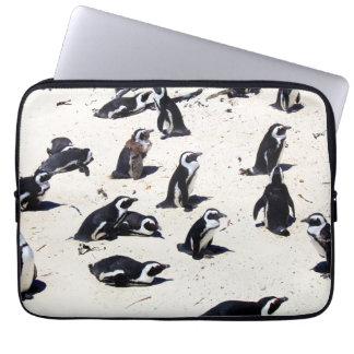 Afrikanische Pinguine auf Flussstein-Strand Laptop Sleeve