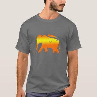 Afrikanischer Elefant, der an der Dämmerung geht T-Shirt
