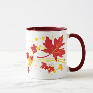 Ahorn-Blätter in der Herbstfarbengewohnheits-Tasse Tasse