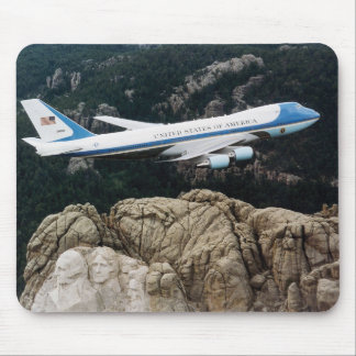 Air Force One, das über den Mount Rushmore Mousepad