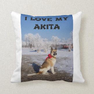Akita-Kitzschwarzes überlagerte in Schnee-Liebe w Kissen