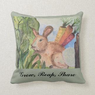 Akzentkissen mit Kaninchen im Garten Kissen
