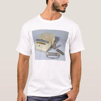 Alabasterkasten- und -bronze- und T-Shirt